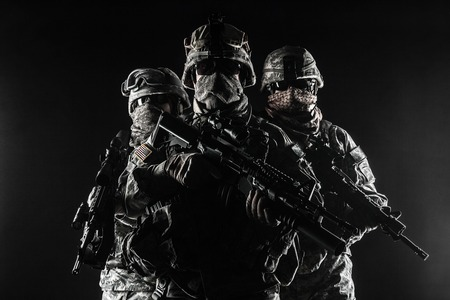 Tats-Unis parachutistes infanterie aéroportée dans la fumée Banque d'images - 43322429