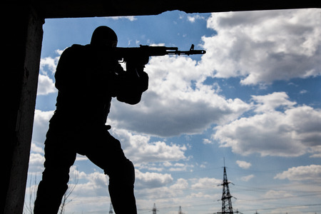 bulletproof: Operador de Fuerzas Especiales en uniforme negro y prueba de balas