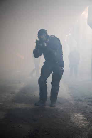 wojenne: Siły specjalne operatora w czarnym mundurze w dymie