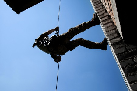 soldado: Soldado durante los ejercicios de asalto rappel con armas Foto de archivo