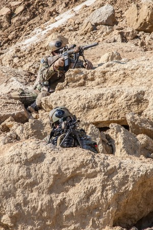 wojenne: United States Army rangers in the mountains