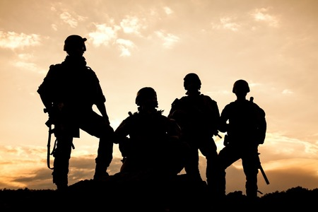 Guardabosques ejército de Estados Unidos en la puesta de sol Foto de archivo - 46188300