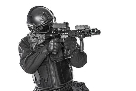 policier: Spec ops officier de police SWAT en uniforme noir et le visage studio masque tir