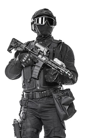 Spec ops officier politie SWAT in zwart uniform en masker studio-opname