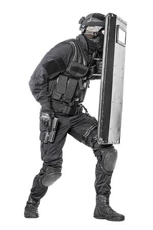 escudo: Spec ops oficial de policía SWAT con escudo balístico tiro del estudio Foto de archivo