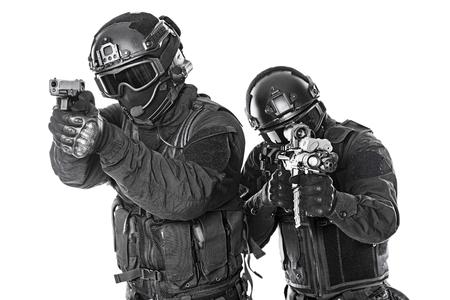 Spec ops oficiales de policía SWAT en negro uniforme y la cara estudio de la máscara tiro