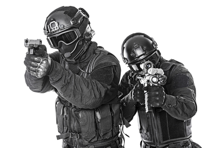 antifaz: Spec ops oficiales de polic�a SWAT en negro uniforme y la cara estudio de la m�scara tiro Foto de archivo