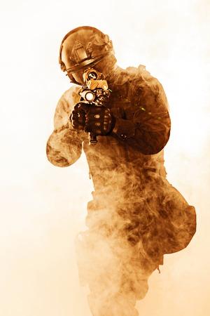 humo: oficial de polic�a SWAT de uniforme negro y la cara foto de estudio m�scara