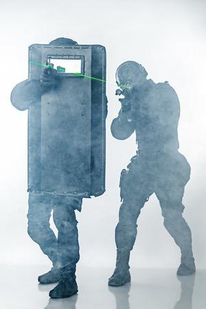 escudo: Los agentes de policía SWAT con escudo balístico en el tiro del estudio de humo