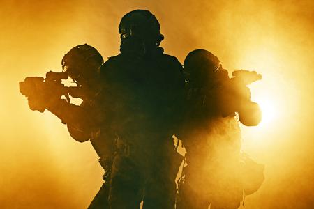 wojenne: Policjanci Swat w czarnym mundurze w dymie studio strzał