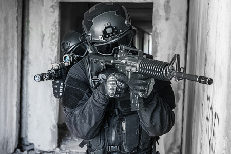 Spec ops police officers SWAT in action Imagens
