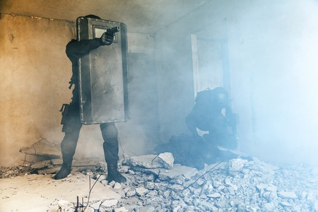 Spec ops police officers SWAT in action Banque d'images