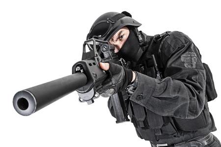 Spec ops politieman SWAT in zwart uniform studio-opname