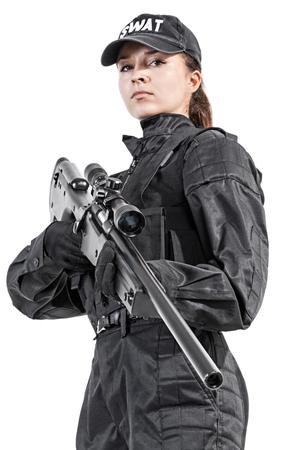 Vrouwelijke politieman SWAT in zwart uniform met sniper rifle studio-opname