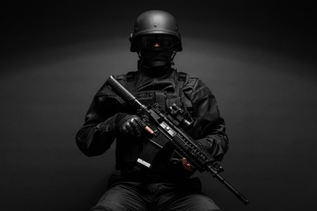 Spec ops officier politie SWAT in zwart uniform studio Stockfoto