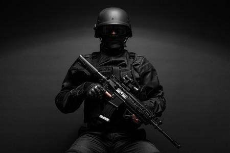 in uniform: Spec ops oficial de polic�a SWAT en estudio negro uniforme Foto de archivo
