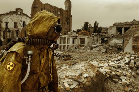 muerte: apocalipsis Post. Único sobreviviente por los suelos y la máscara de gas sobre las ruinas de la ciudad destruida