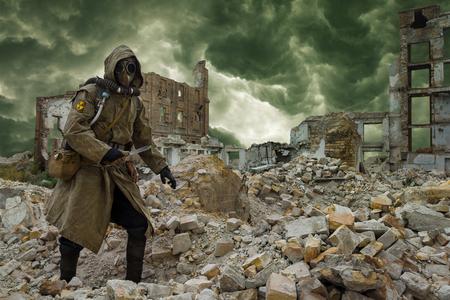 apocalipsis Post. Único sobreviviente por los suelos y la máscara de gas sobre las ruinas de la ciudad destruida Foto de archivo
