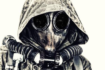核ポスト黙示録。ボロボロと防毒マスクの生存者のスタジオ撮影 写真素材
