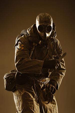 wojenne: Nuclear post apocalypse. Studio shot of survivor in tatters and gas mask Zdjęcie Seryjne