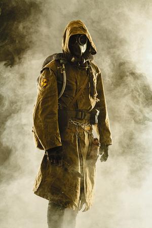 apocalipsis nuclear posterior. Estudio tirado de sobreviviente por los suelos y máscara de gas