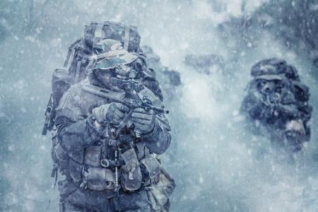 Gruppe von Jagdkommando Soldaten Österreichischen besondere Kräfte im Rauch Standard-Bild