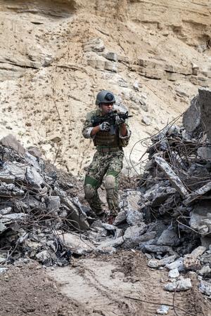sellos: Miembro de la Marina SEAL Team con las armas en la acción Foto de archivo