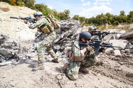 Membres de la Marine SEAL Team avec des armes en action