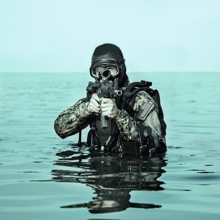 sellos: frogman SEAL de la Marina con equipo de buceo completo y armas en el agua
