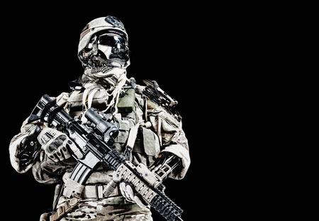 Futurystyczny żołnierz armii mechaniczny cyborg z bronią