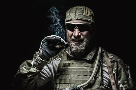 soldado: fumar soldado Boinas Verdes del Ejército de EE.UU. Grupo de Fuerzas Especiales Foto de archivo