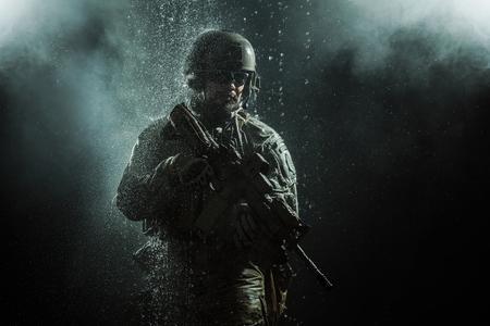 soldado: soldado del Ejército de EE.UU. boinas verdes de las fuerzas especiales de grupo bajo la lluvia