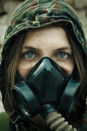 포스트 종말. 가스 마스크에 걸린 여성 생존자
