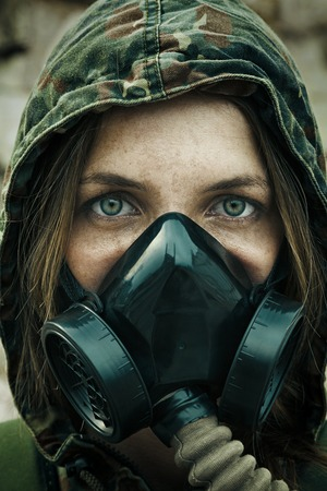 Bericht apocalyps. Vrouwelijke overlevende in gasmasker