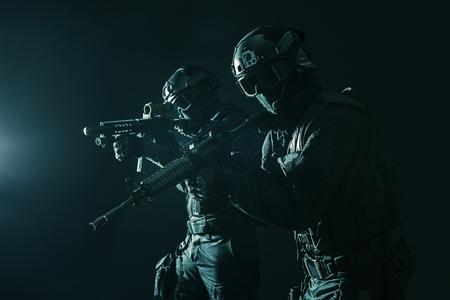Spec ops politie SWAT in zwart uniform en masker studio-opname
