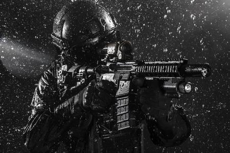 soldado: Spec oficial de operaciones de la policía SWAT bajo la lluvia Foto de archivo