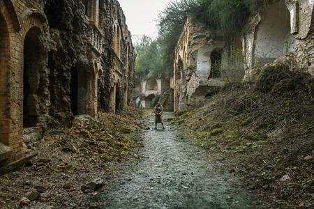 post-apocalypse nucléaire. survivant Sole en lambeaux et un masque à gaz sur les ruines de la ville détruite Banque d'images