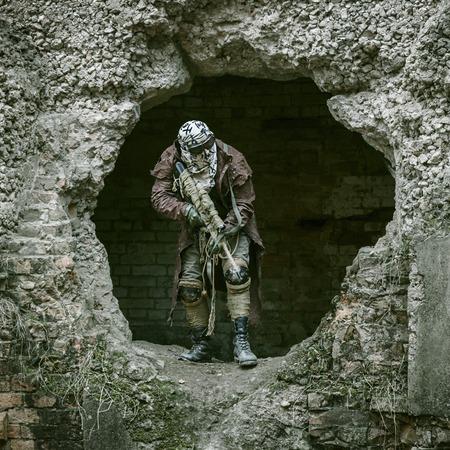 wojenne: Nuclear post-apokalipsy. Jedynym ocalałym w strzępach i maski gazowej na ruinach zniszczonego miasta