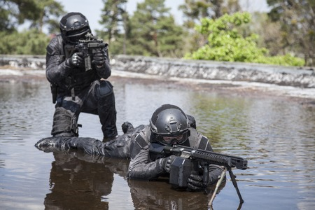 gi: Spec ops police officers SWAT in action in the water Stock Photo