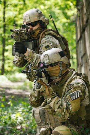 アクションでグリーン ベレー帽米国陸軍特殊部隊グループ兵士
