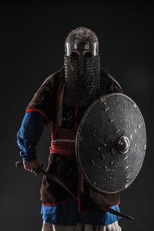 Mongoolse horde strijder die in pantser traditionele sabel Stockfoto