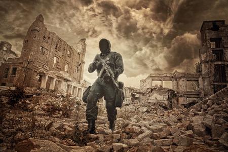 Bericht apocalyps. Enige overlevende aan flarden en gasmasker op de ruïnes van de verwoeste stad