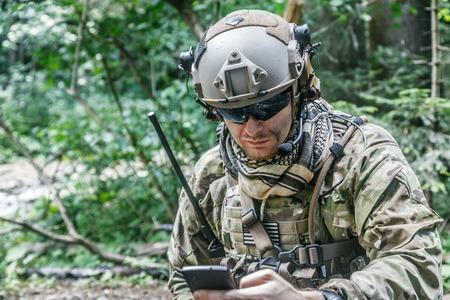 United States Army Ranger met de mobiele telefoon