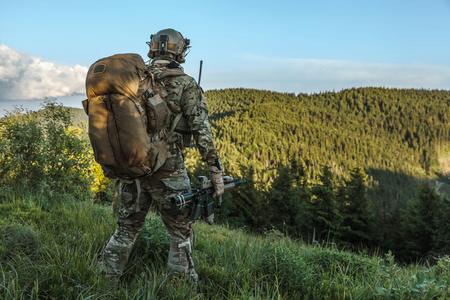 États-unis garde armée dans les montagnes Banque d'images
