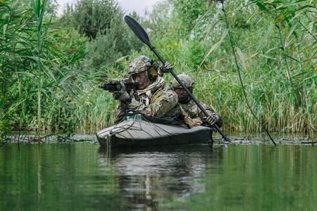 Special forces operators in het leger kajak