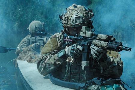 軍のカヤックでの特殊部隊の演算子 写真素材