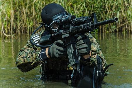 frogman SEAL de la Marina con equipo de buceo completo y armas en el agua Foto de archivo
