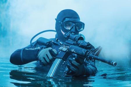 frogman SEAL de la Marina con equipo de buceo completo y armas en el agua