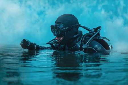 Navy SEAL nurek z pełnym sprzętu nurkowego i broni w wodzie Zdjęcie Seryjne