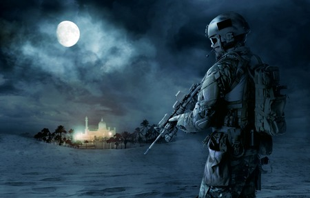 Green Berets US Army Special Forces soldier patrolling desert. Cloudy night, full moon, oasis palace Banque d'images